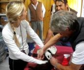 Veterinarios Mariana Desimone y Gustavo Lopez, operando; semitapado, César Herrera