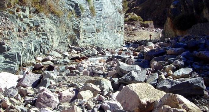 Camino a San Isidro, por la playa del río del mismo nombre.