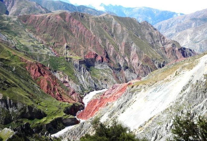 Coloridos cerros, terrazas de cultivo; vista hacia Chiyayoc (Iruya)