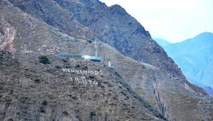 Vista del cerro en donde está el Mirador (La Cruz), con el mensaje de bienvenida a Iruya