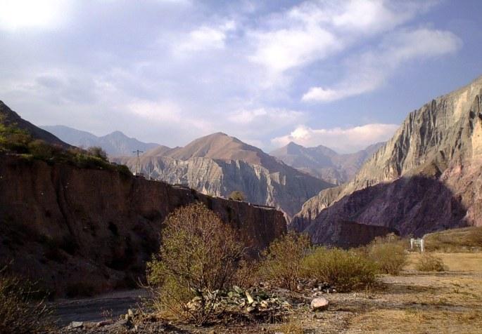 Bellísima vista de Iruya, al atardecer. La montaña con su mágico esplendor rodea al paisaje silencioso. (Foto: Lilian Schuett)