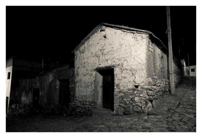 En blanco y negro: una de las casas más antiguas de Iruya, de noche. (Foto: Martín Gimenez)