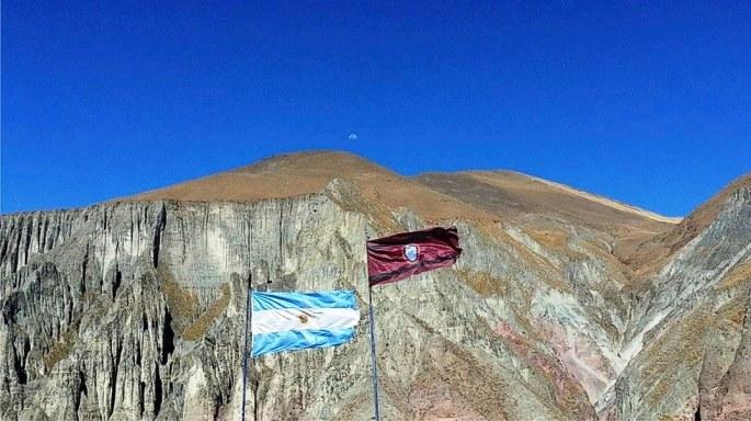 En Iruya, flamean la bandera argentina y la bandera de Salta. Por sobre la montaña, asoma la luna. (Foto: Kami Pacheco)