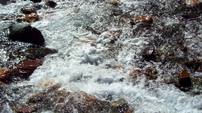 Las cristalinas aguas del río San Isidro (Iruya).