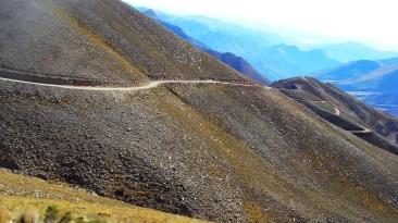 El camino desciende hacia Iruya, desde el Abra del Cóndor.