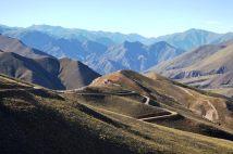 Vista del camino que baja hacia Colanzuli (Iruya).