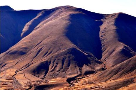 Vista hacia Colanzuli (Iruya). Los cerros inmensos parecen dar protección a los pequeños pueblos. (Foto: Eli Taylor)