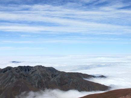 Desde la cumbre del Cerro Morado (5100 msnm) mirando hacia el este, todo aparece cubierto de nubes. (Foto: Pablo Harvey)