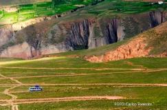 El colectivo baja hacia Iruya, en un camino con curvas pronunciadísimas. (Foto: Carlos Torrente)