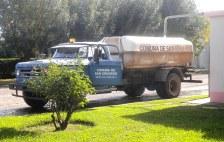El camión regador cargando agua, junto a la plaza de San Eduardo