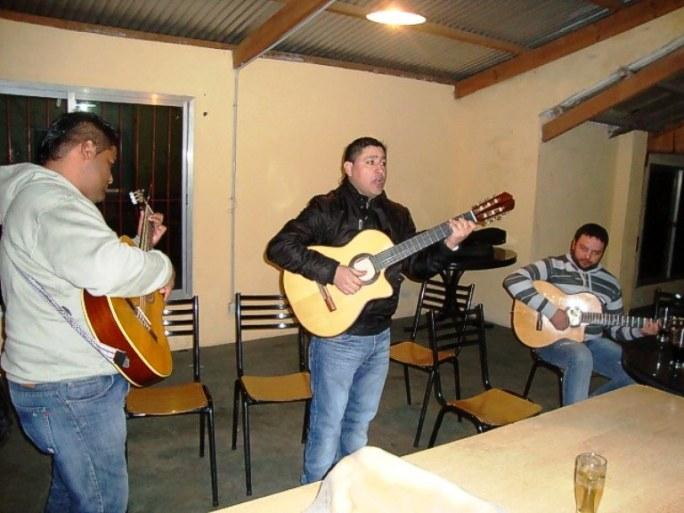 """Comienzan los músicos invitados: el grupo """"La Chacarerona"""". Omar Olmedo (guitarra, charango, vientos y voz), Nelson Rodriguez (guitarra y voz), Cristian Romero (primera guitarra)"""