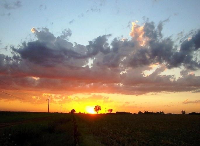 El sol se extingue en el paisaje nublado, en San Eduardo. (Foto: Mónica Flores)