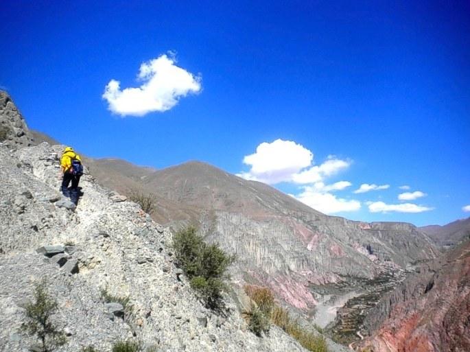 Subiendo la cuesta a Panti Pampa. Abajo a la derecha se ve Iruya. (Foto: Pablo Harvey)