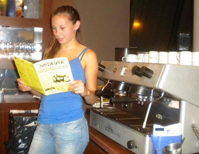 Yesica junto a la máquina de café de Caffé Nero, Venado Tuerto, con NOTIRUYA