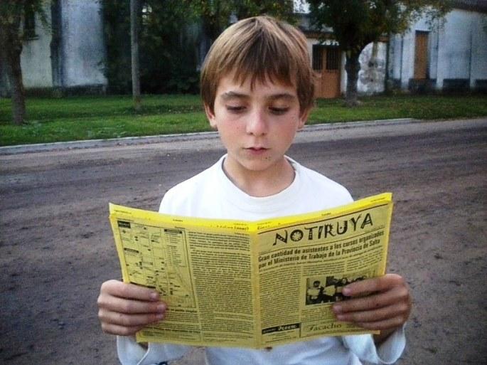 Rodrigo, de San Eduardo (Santa Fe), con su ejemplar de NOTIRUYA.