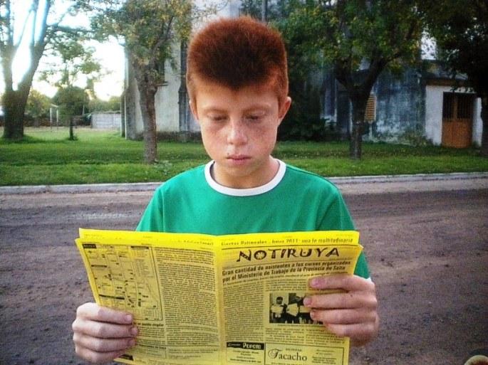 """Diego (el """"Colorado"""" o también """"Pico""""), de San Eduardo (Santa Fe), leyendo NOTIRUYA"""