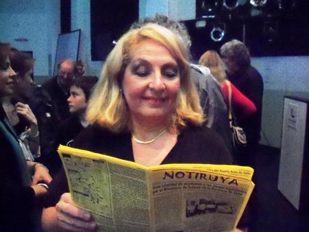 Cristina Filoso, excelente pianista, leyendo NOTIRUYA en el auditorio de Radio Nacional (Buenos Aires)