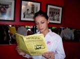 Antonella, moza en Il Gatto (de Buenos Aires), lee NOTIRUYA
