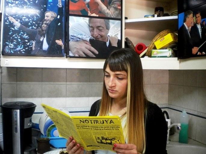 Rocío, militante de La Cámpora, lee NOTIRUYA en el centro cultural La Gloriosa, en Lanús (Buenos Aires)
