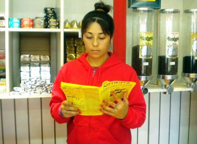 Roberta, de General Villegas, lee NOTIRUYA en Quiosco Golosos. Detrás de ella, variedades de café y algunos de los exquisitos productos Havanna