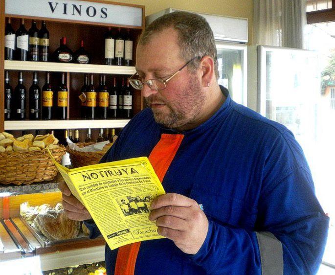 """Ignacio """"Nacho"""" Mancini, de General Villegas, leyendo NOTIRUYA en Panadería La Antigua"""