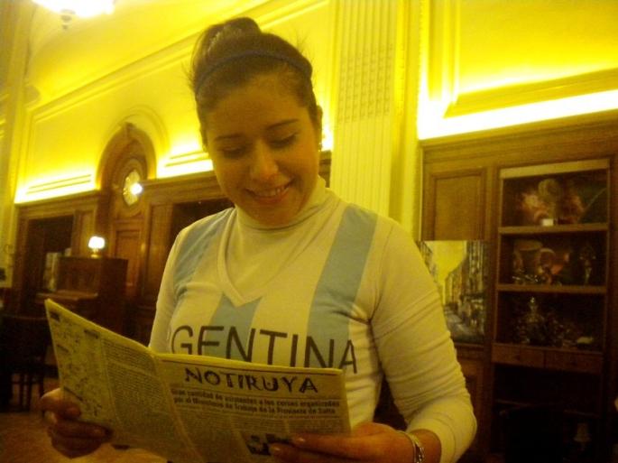 Olga, mozá en Café Retiro, con la camiseta de la selección y leyendo NOTIRUYA. Vamos Argentina!!!