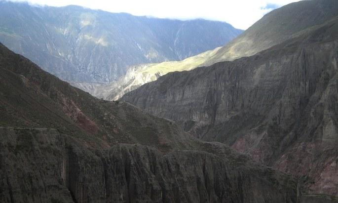 Atardece en Iruya. Iluminado por el sol que cae, el pueblo ancestral de Titiconte