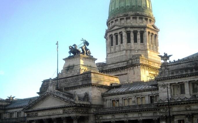 Vista más cercana de la parte inferior a la cúpula del Congreso, con el sol de la tarde iluminando de costado