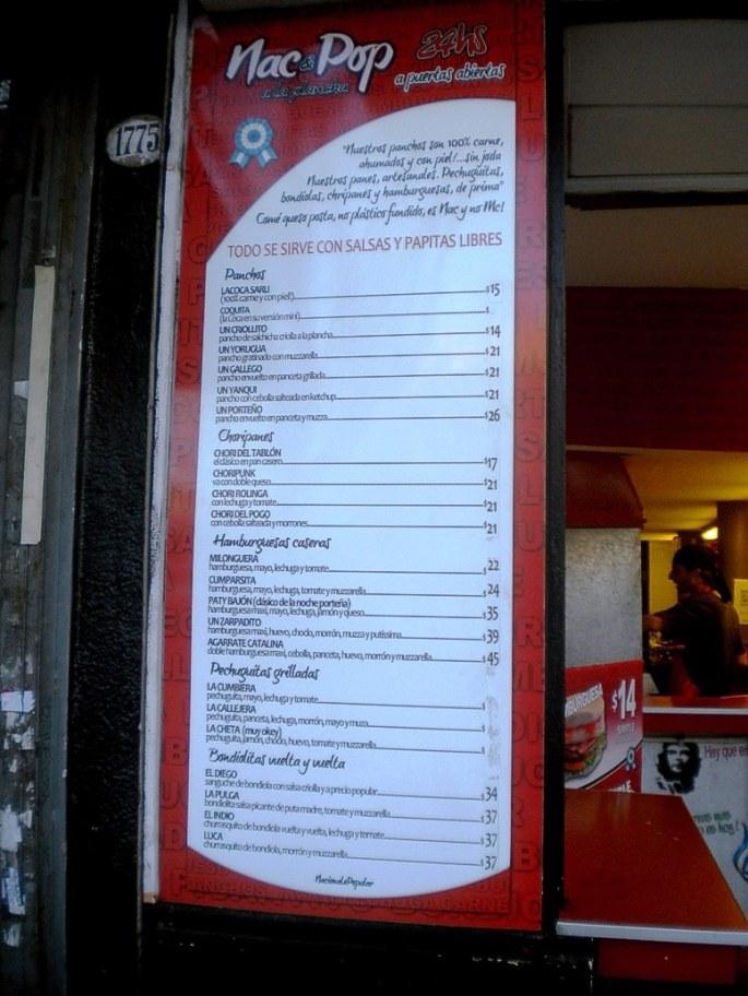 Los panchos y sandwiches (hamburguesas caseras, choripanes, pechuguitas grilladas, bondiolas), con nombres criollos y a precios accesibles