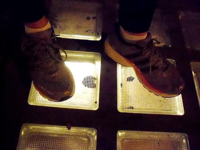 Sobre los pequeños cuadrados de vidrio, iluminados desde abajo