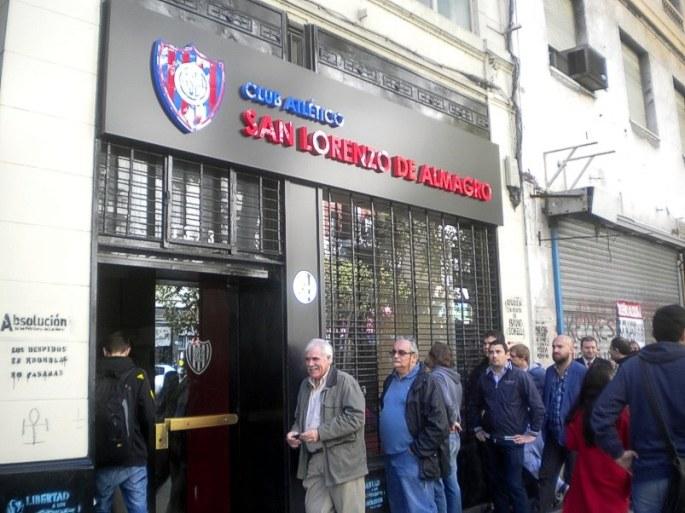 Sede de San Lorenzo. La gente hace cola para comprar su entrada