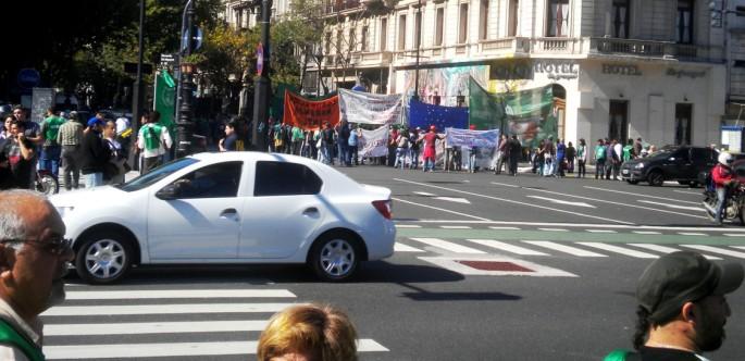 Vista de la previa a una marcha. La gente congregándose
