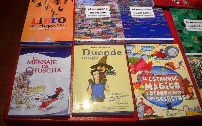 """40ma Feria Internacional del Libro en Buenos Aires. En el stand de Salta, entre los libros de autores salteños, """"El Mensaje de Chuscha"""", de María Fernanda Rossi. Una autora de cuentos para niños, que ha apoyado a la biblioteca de KURMI, en Iruya"""