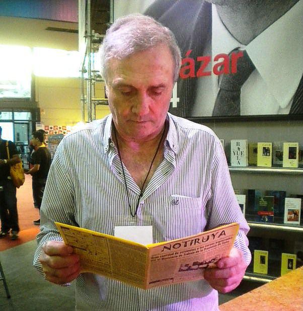 """Roberto Perfumo, """"El Mariscal"""", leyendo NOTIRUYA en la Feria del Libro. Un grande!!! Y muchísimas gracias..."""