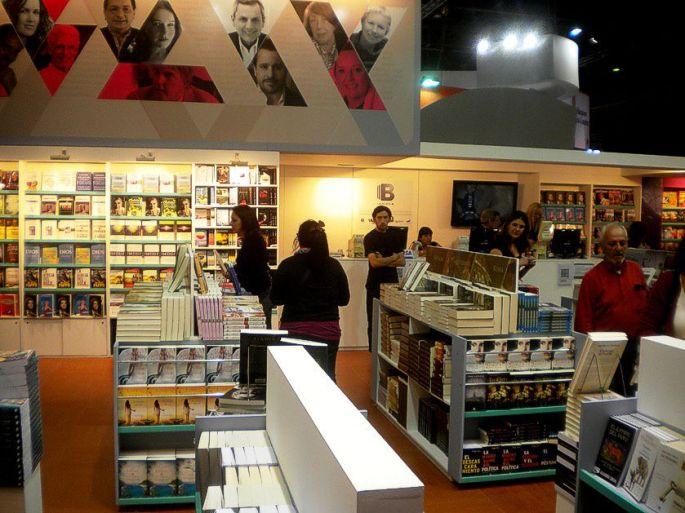 La gente visita uno de los muchísimos stands de la Feria del Libro