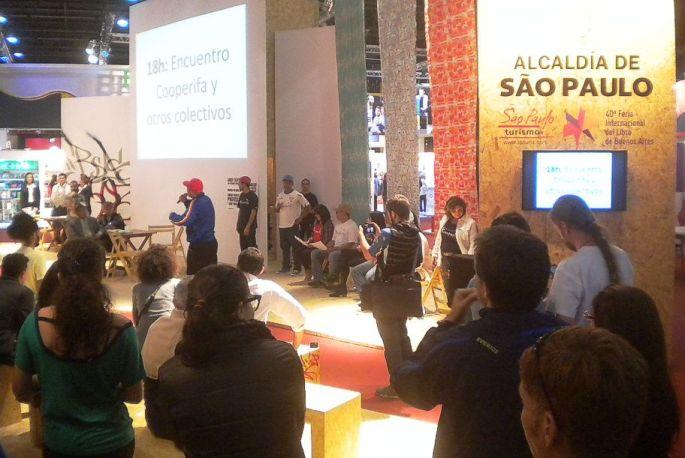 Stand de la Alcaldía de Sào Paulo (Brasil). Un disertante de gorra roja, a viva voz