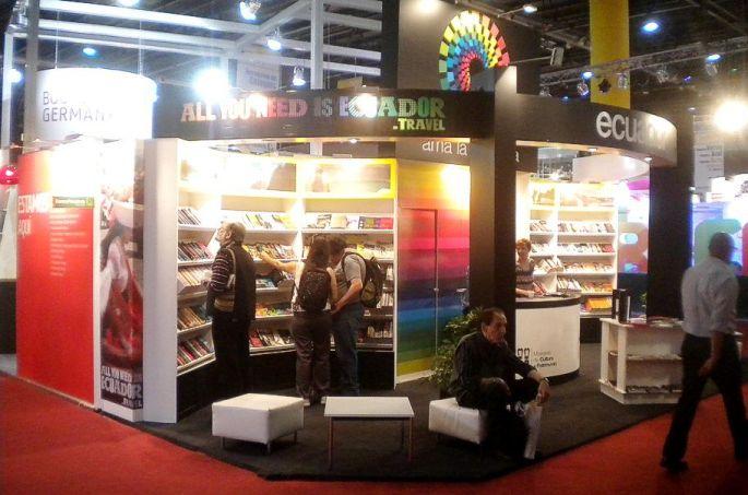 La gente concurre al stand de Ecuador, en la Feria del Libro