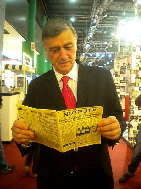 Hermes Binner, Diputado Nacional por el Frente Progresista, Cívico y Social de Santa Fe, leyendo NOTIRUYA. En la Feria del Libro