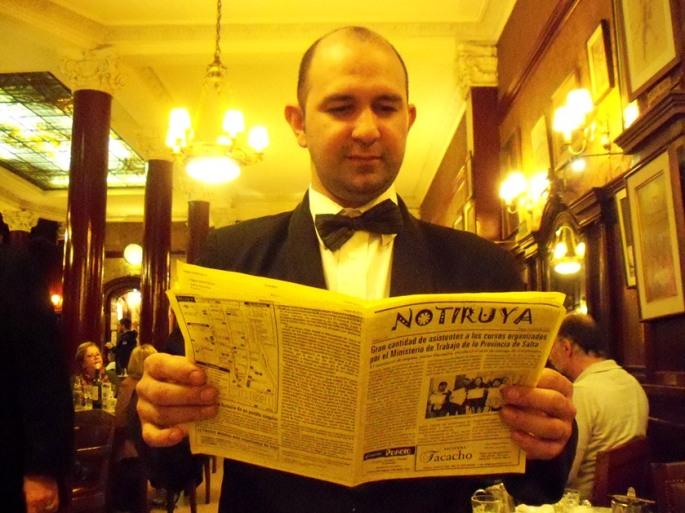 Diego, mozo en el Café Tortoni, leyendo NOTIRUYA