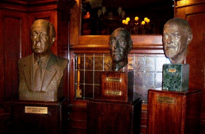 Otras figuras, en el Café Tortoni