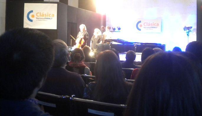 En el auditorio de Radio Nacional, Eduardo Vasallo (cello) y Cristina Filoso (piano) saludan después del concierto