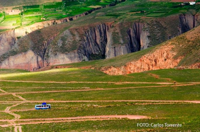 """El colectivo recorriendo el increíble zig zag, en el camino hacia Iruya, en la zona llamada """"El Campo"""""""