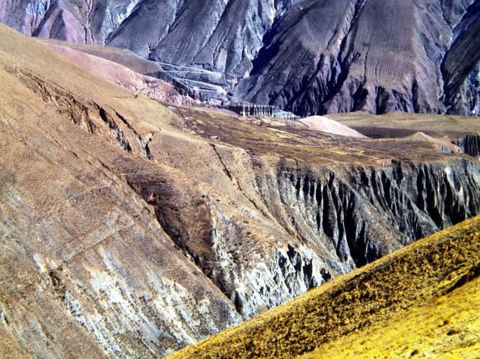 Vista de Campo Redondo, desde lo alto. Detrás, el camino serpentea bajando hacia Iruya