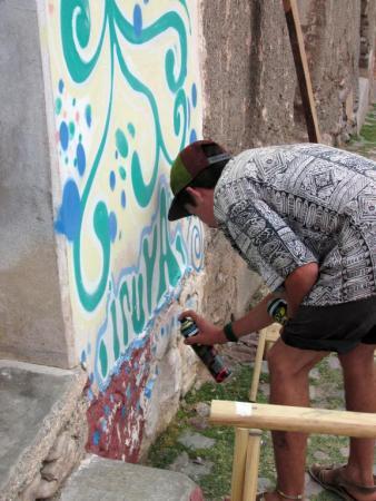 """Escribiendo la palabra """"Calzada"""", al pie del mural. (Foto: Pablo Harvey)."""