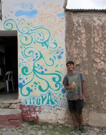 Julián, quien hizo el boceto y pintó la mayor parte. (Foto: Pablo Harvey).
