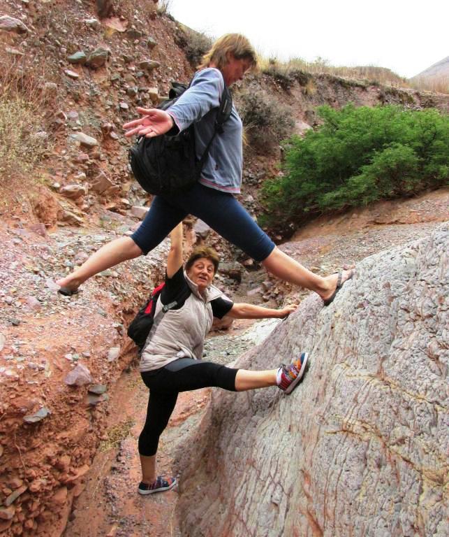 Tratando de salir de esa posición incómoda, limitante y hasta paralizante. (El fotógrafo, toma la instantánea y correrá en ayuda de Betty). Silvia posa.