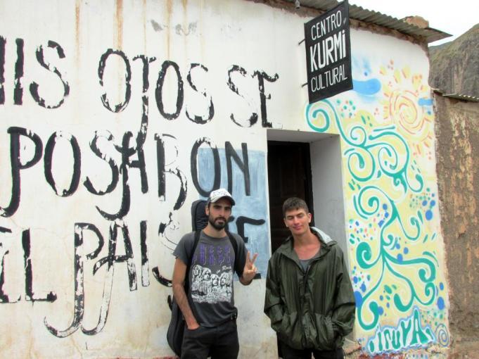 Los chicos de Bs. As. en la puerta de KURMI, la Biblioteca Popular y Centro Cultural de Iruya. (Foto: Pablo Harvey).