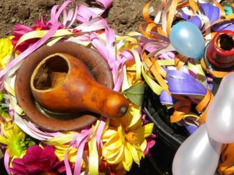 Mate de chicha, flores. Ofrendas para la Pachamama. (Foto: Pablo Harvey).