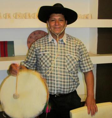 """Héctor Amante trabaja en una fábrica de detergentes, lavandina y velas. """"Estoy terminando el Plan FinEs"""", comenta (título secundario), """"pero me gustaría dedicarme de lleno al canto de las coplas, porque es lo que me gusta, y así mostrar y difundir nuestra cultura""""."""