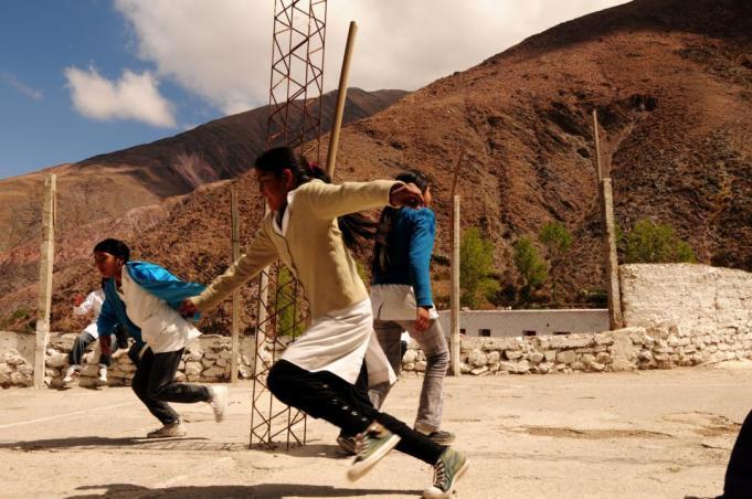 Las niñas de San Isidro corren tras la pelota de tenis, durante el recreo. (Foto: Andrea Semplici).